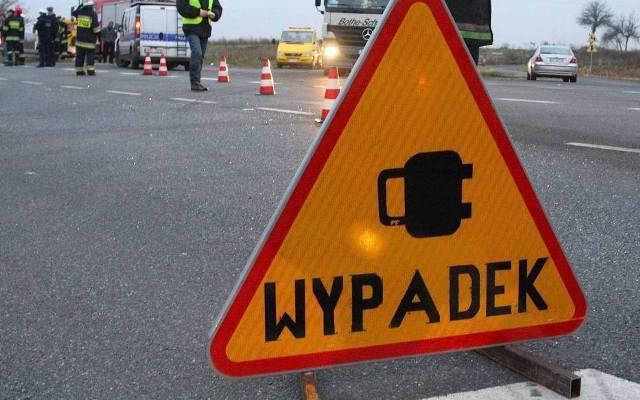 Śmiertelny wypadek na drodze krajowej nr 80 w Strzyżawie pod Bydgoszczą. Samochód osobowy wypadł z drogi, ścinając drzewo, zatrzymał się w rowie. Kierowca