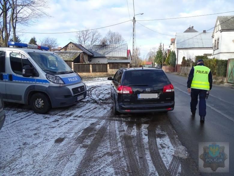 """Od rana na drogach powiatu głubczyckiego trwa akcja """"Trzeźwość i narkotyki"""". Wzmożone kontrole trzeźwości mają na celu wyeliminowanie"""