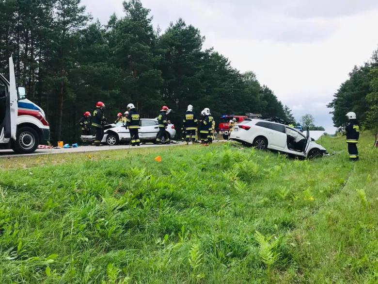 Krynice. Wypadek na DK 65. Mazda zaczepiła się o ciężarówkę i uderzyła w toyotę (zdjęcia)