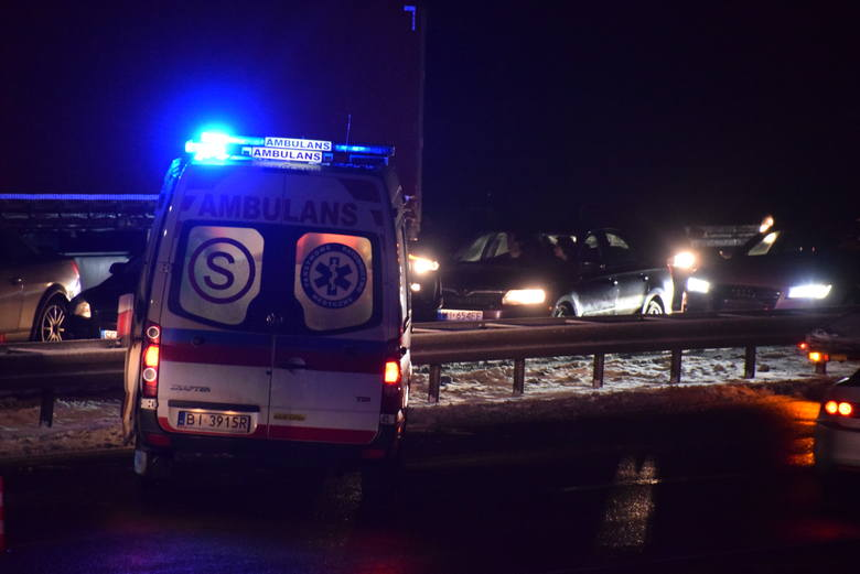 W wyniku zdarzenia kierowca holownika został poszkodowany, zabrany do szpitala. Droga w kierunku Białegostoku zablokowana.
