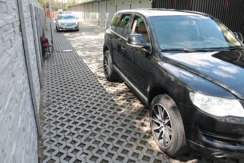 Właściciel volkswagena touarega z powodu epidemii nie mógł zarejestrować sprowadzonego z zagranicy auta. Uznał więc, że aby móc jeździć nim po kraju,