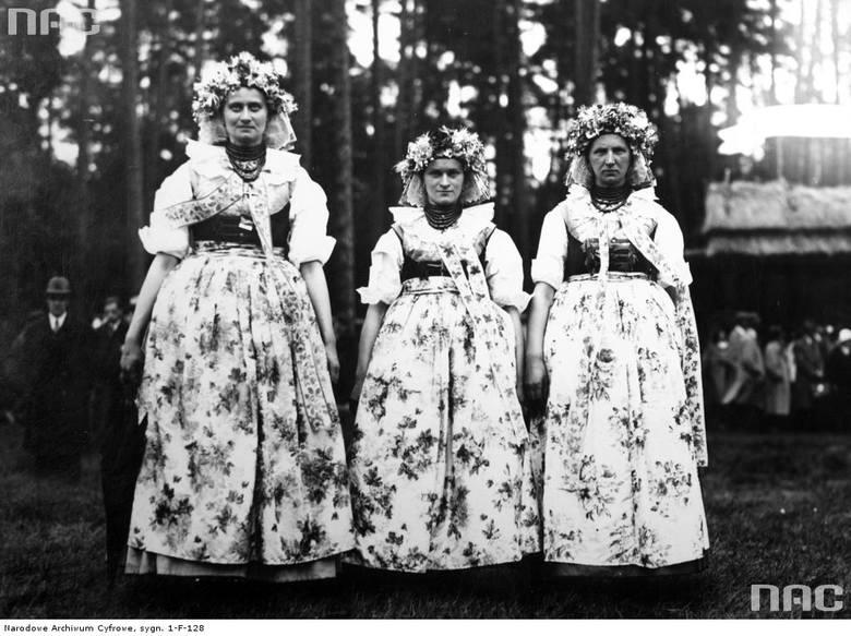 """Kobiety w strojach górnośląskich.<br><font color=""""blue""""><a href="""" http://www.audiovis.nac.gov.pl/obraz/197406/""""><b>Zobacz zdjęcie w zbiorach NAC</b></a> </font><br>"""