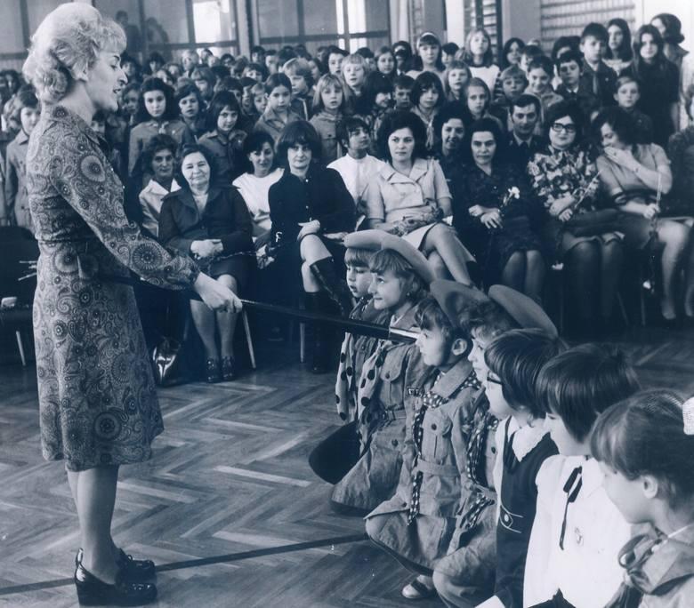 1974Rozpoczęcie roku szkolnego w Szkole Podstawowej nr 72 we Wrocławiu. Pasowanie na ucznia.