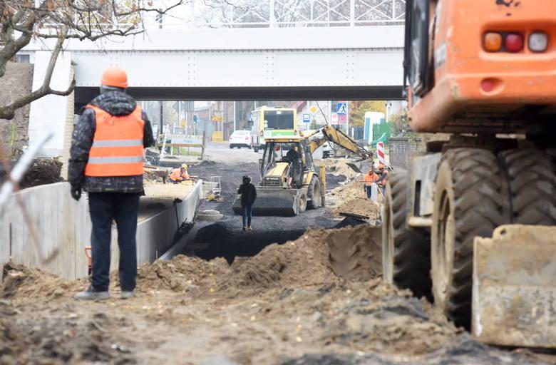 Mieszkańcy miasta nie tylko pytają, kiedy w końcu będą mogli przejechać pod modernizowanym wiaduktem kolejowym nad ulicą Batorego, ale także mają wątpliwości,
