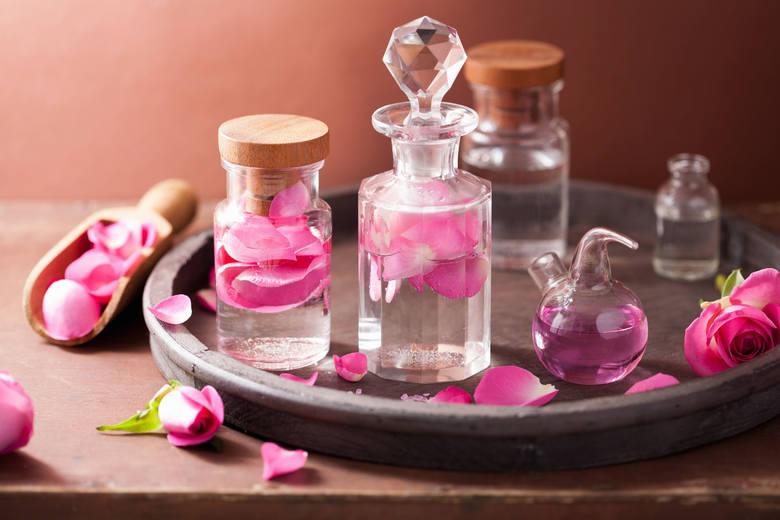 Woda różana jest hydrolatem, który powstaje przy destylacji płatów róży, najczęściej w procesie pozyskiwania olejków eterycznych. Jest częstym dodatkiem
