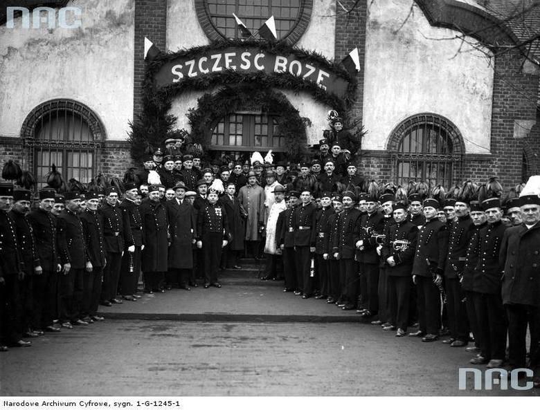 """1936 rok<br /> Minister Marian Zyndram Kościałkowski wśród górników z kopalni węgla """"Saturn"""" w Czeladzi"""