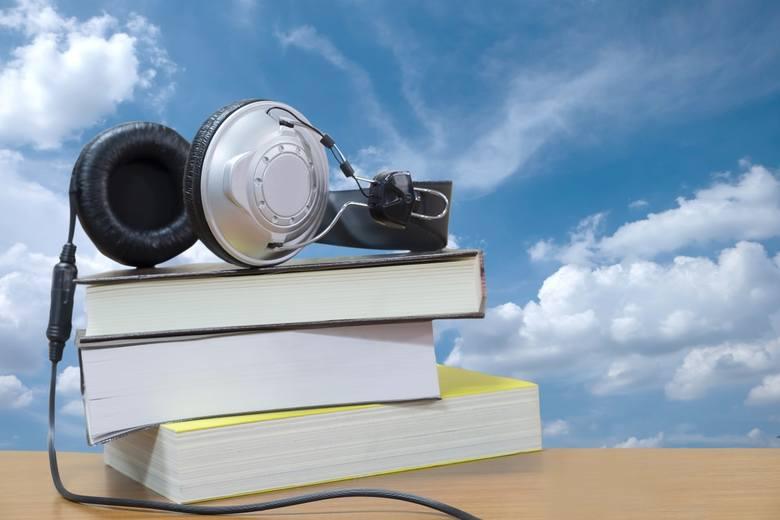 Słuchasz audiobooków w autobusie czy tramwaju? Zacznij słuchać ich też w zagranicznych wersjach.