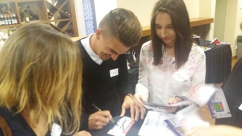 Carlitos chętnie podpisywał autografy podczas wiślackiego tweetupu