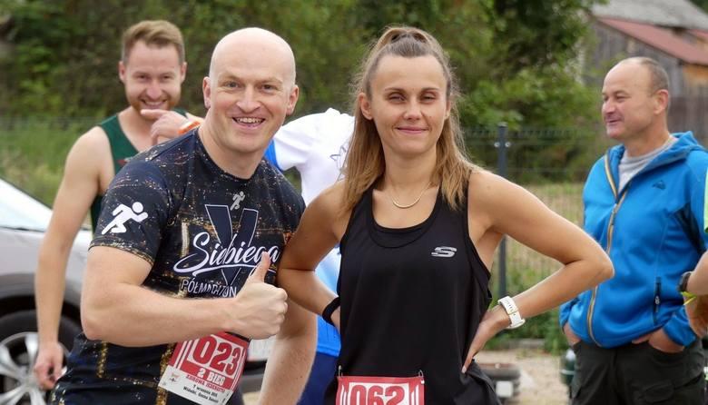 Ponad 70 biegaczy wystartowało w Widełkach w gminie Daleszyce w biegu Zdrowa 11. Rozgrzewkę przed startem przeprowadziła trenerka i jedna z organizatorek