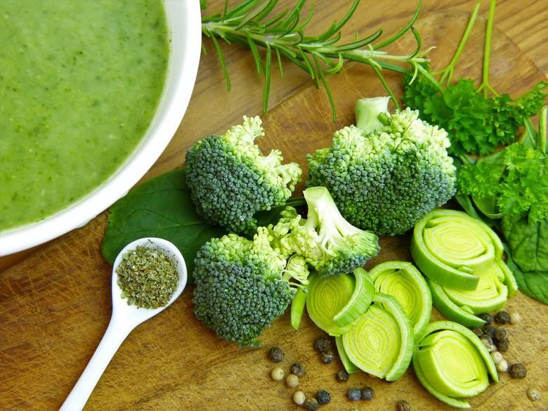 Zupa-krem z brokułów Krystyny SikorySkładniki brokuł2 ząbki czosnkumała cebula wywar mięsny lub jarzynowy około 1 1/2 litra2 łyżki gęstej śmietany łyżka