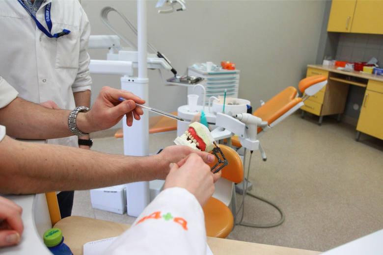 Paradontoza nie jest błahym schorzeniem jamy ustnej. Może się objawiać jedynie opuchnięciem i krwawieniem dziąseł, ale też może doprowadzić do wypadnięcia
