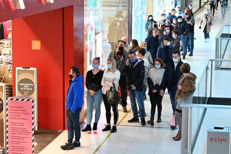 Tłumy ludzi ruszyły w niedzielę, 13 grudnia na zakupy do galerii Echo oraz Korona w Kielcach. Zdecydowanie największe oblężenie przeżywał sklep Home