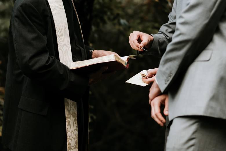 Ile trzeba zapłacić za udzielenie ślubu?  W kościołach nigdzie nie znajdziemy oficjalnych cenników, ale… nieoficjalnie istnieją. Wszystko zależy od parafii
