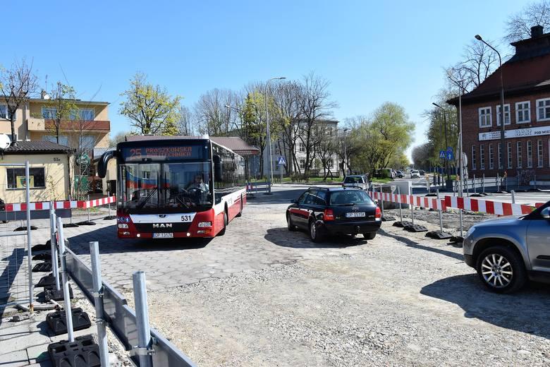 Objazd dla zamkniętego odcinka ul. Oleskiej prowadzi przez teren parkingu przy stadionie piłkarskim.