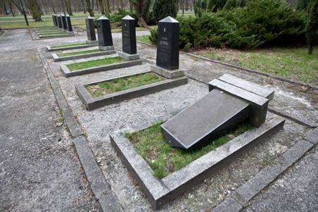 W parku Poniatowskiego został przewrócony jeden z nagrobków.