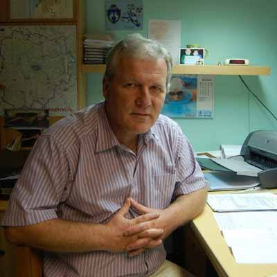 Urodzony w Poznaniu, tam ukończył Technikum Geodezyjno-Drogowe. Pracował przez wiele lat w biurach geodezyjno-kartograficznych (Poznań, Wolsztyn), obecnie