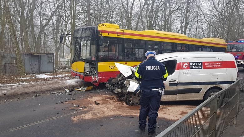 Pijany kierowca wjechał w autobus. 5 osób rannych