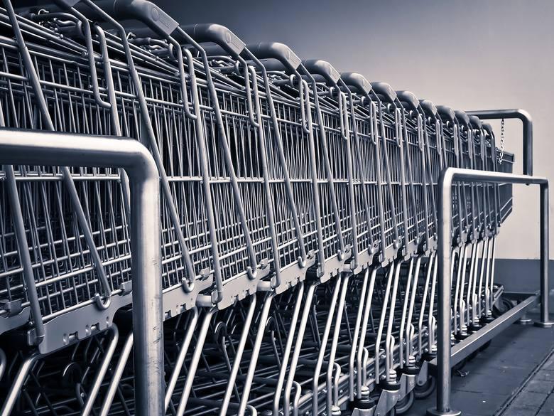 Rosną te sklepy, w których większość Polaków najbardziej lubi wydawać swoje pieniądze, czyli dyskonty i supermarkety. Małe, rodzime, padają jak much