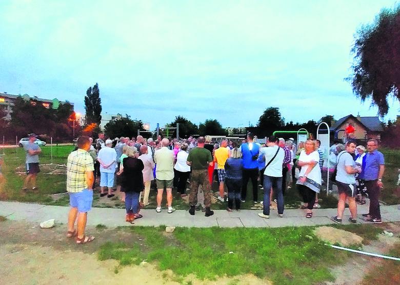 Mieszkańcy osiedla zaniepokojeni rozbudową parkingu zorganizowali spotkanie.
