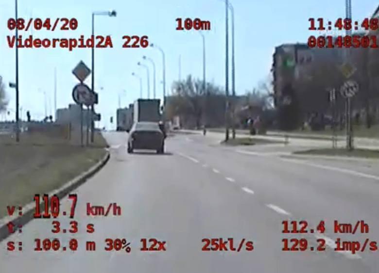 PRZEZ MIASTO PĘDZIŁ LEXUSEM 130/HW kwietniu 2020 r. policjanci z podlaskiej grupy SPEED zatrzymali do kontroli lexusa, którego kierowca przekroczył prędkość