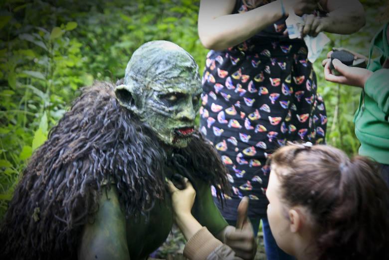 """W filmie występuje także ok. 40-osobowe grono """"naturszczyków"""", aktorów spontanicznych i statystów. Są to głównie młodzi członkowie stowarzyszenia Sorontar"""