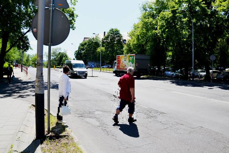 Do lekkomyślnego zachowania pieszych doszło w poniedziałek, 21 maja na ulicy Wyszyńskiego w Zielonej Górze. Mężczyzna i kobieta postanowili nie korzystać