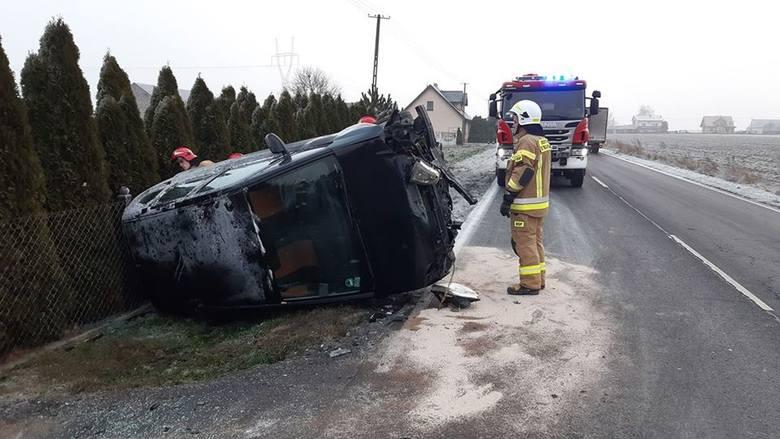 W środę rano (11 grudnia) na drodze powiatowej w Ludzisku (gmina Janikowo) doszło do wypadku. - Samochód osobowy marki Opel wypadł z drogi i dachował