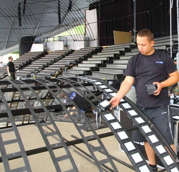 Budowa scenografii w amfiteatrze w Opolu.