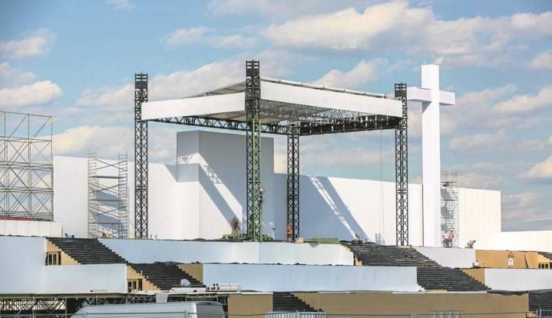 Ołtarz w Brzegach rośnie z dnia na dzień. Obiekt będzie miał 100 metrów długości i 12 metrów szerokości