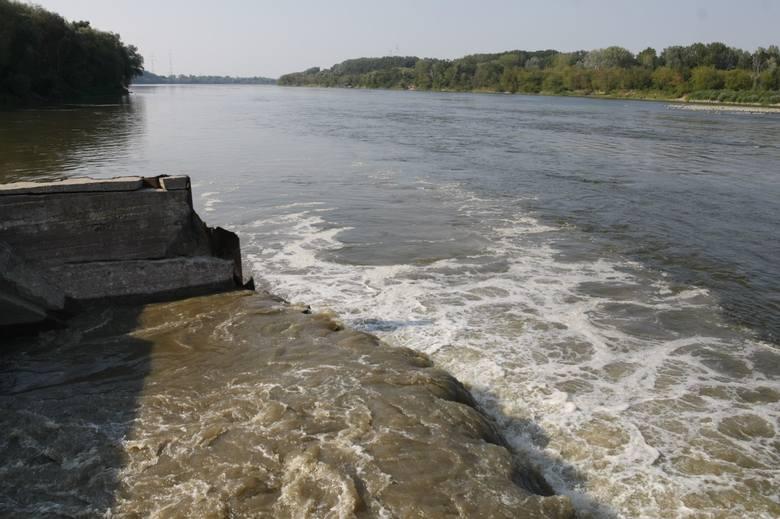 Nieczystości spływają do Wisły. Czy grozi nam katastrofa ekologiczna? W rejon Tczewa dotrą Wisłą najprawdopodobniej w przyszłym tygodniu.