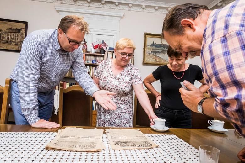 Przekazanie starych gazet i dokumentów do bydgoskiej biblioteki
