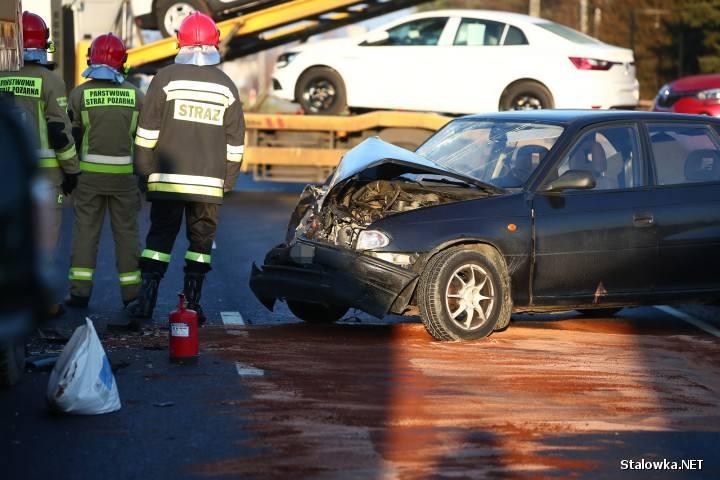 Kierowca opla na DK 77 uderzył w stojący dźwig. Oślepiło go słońce?