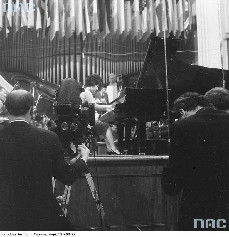 Uczestniczka finału konkursu - Hiroko Nakamura - w czasie próby z orkiestrą w sali koncertowej filharmonii