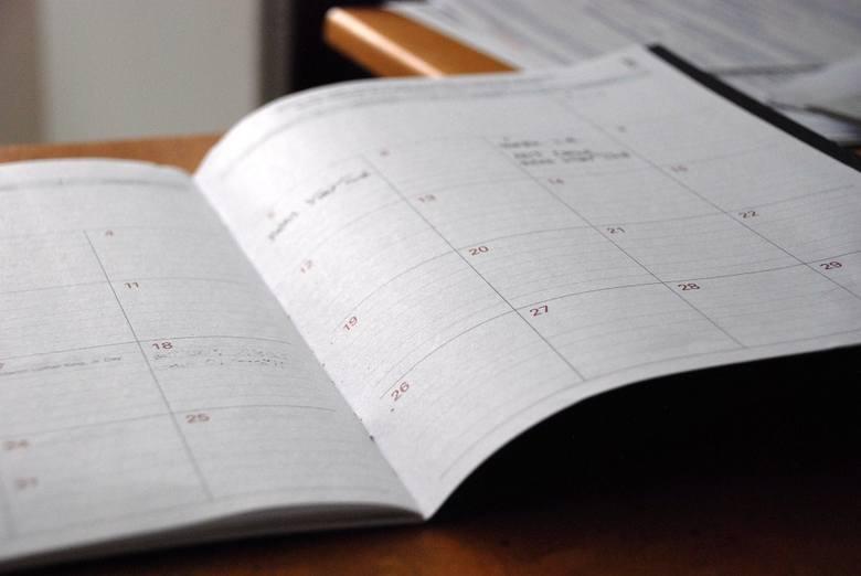 W trzecim kwartale 2019 roku Kancelaria Sejmu planuje ogłosić przetarg nieograniczony na wykonanie i dostawę kalendarzy na 20120 rok. Orientacyjna wartość zamówienia to 178 tys. zł.