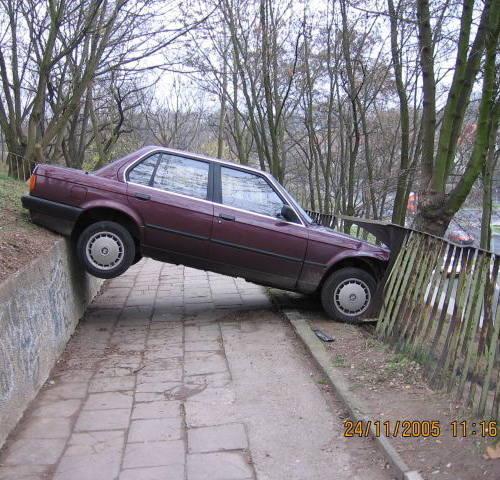 Kierowca tego bmw zatrzymał się na górce przy Zubrzyckiego, ale nie zabezpieczył auta. Siła ciążenia spowodowała, że samochód powolutku stoczył się i