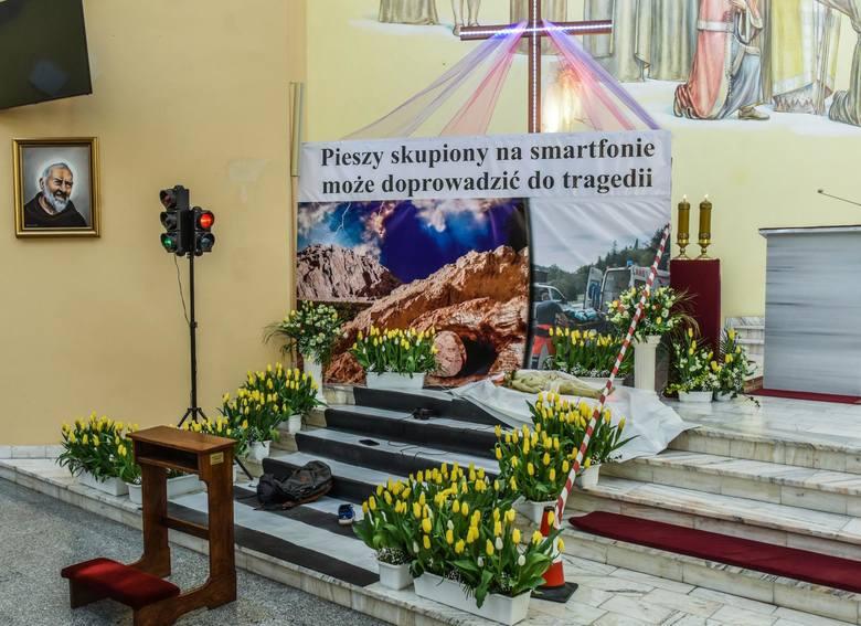W parafiach na zakończenie liturgii wystawione zostały Groby Pańskie, symbolizujące grób Chrystusa. Jednym z nich, który prezentuje się szczególnie jest