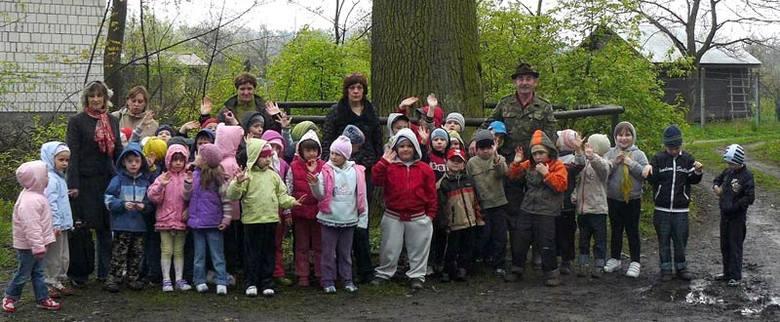 Pamiątkowe zdjęcia z wizyty gorzyckich przedszkolaków w Lesie Zwierzynieckim.