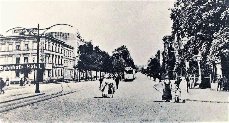 Kraniec alei Wojska Polskiego przed dworcem kolejowym już po uruchomieniu linii tramwajowych w 1910 r.