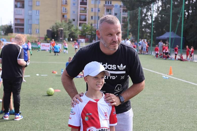 Tomasz Kłos chętnie robił sobie zdjęcia z młodymi zawodnikami