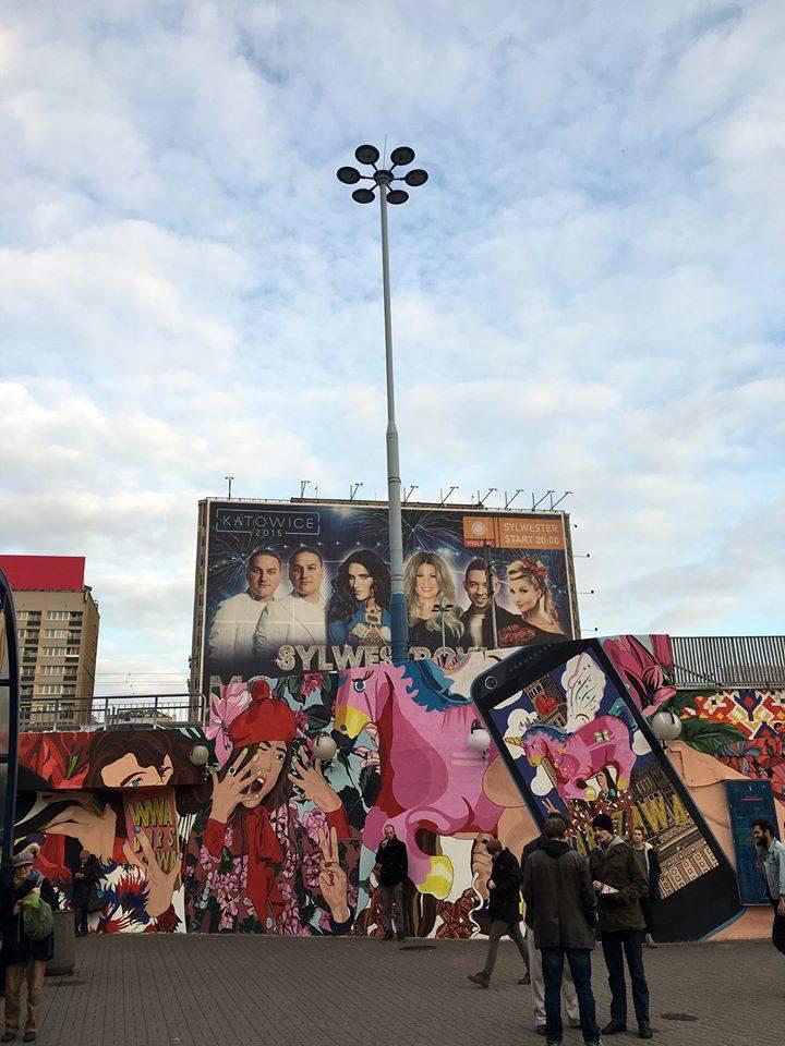 Zdjęcie fotografki mody oraz blogerki z Podlasia - Aleksandry Dargiewicz, przeistoczyło się w mural w centrum Warszawy (przy stacji Metro Centrum).