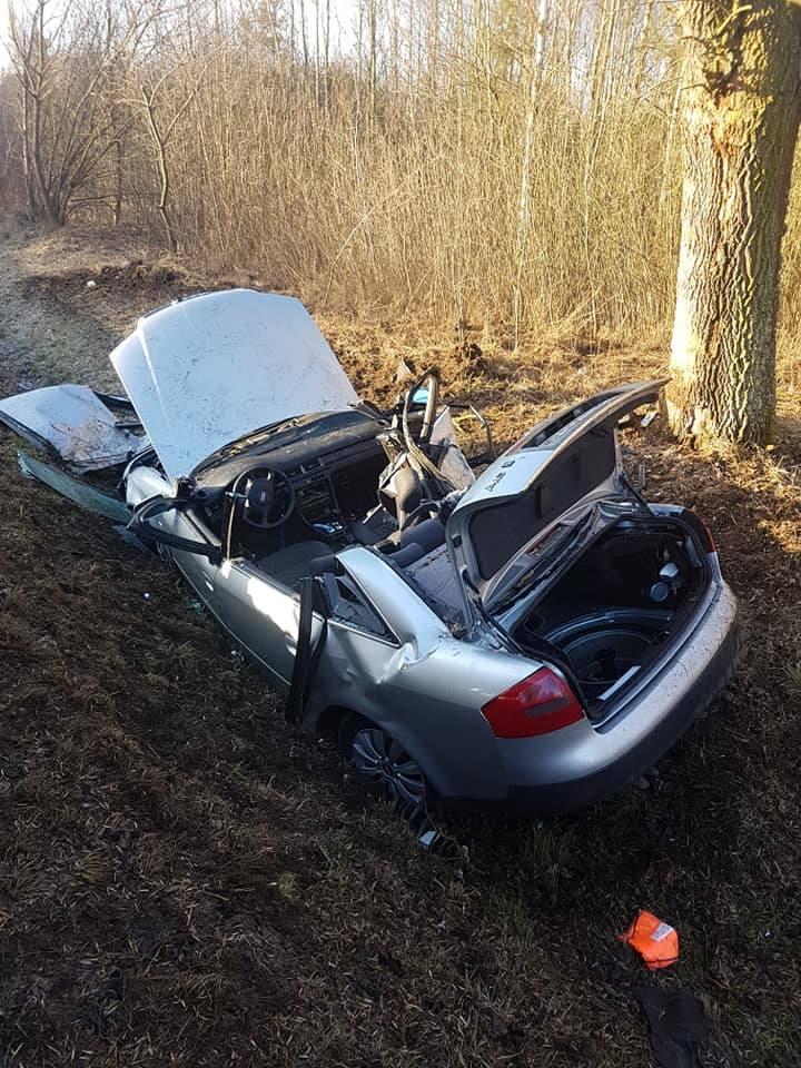 Tragiczny wypadek pod Nowym Miastem nad Pilicą. Zginął młody kierowca audi, jego samochód wbił się w drzewo
