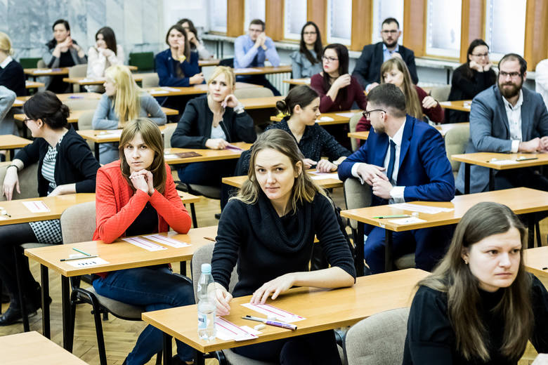 Sporny tzw. KET w Uniwersytecie Medycznym w Łodzi do rodzaj wewnętrznej próby przed państwowym Lekarskim Egzaminem Końcowym (na zdjęciu LEK w jednym