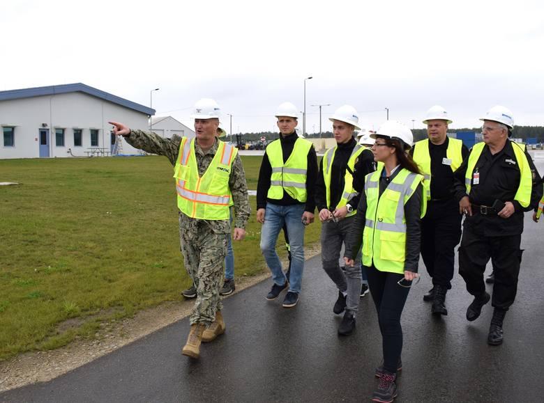 Grupa dwunastu strażaków-ochotników miała okazję zobaczyć na własne oczy, co znajduje się za bramą dawnego lotniska w Redzikowie. Po budowanej wciąż