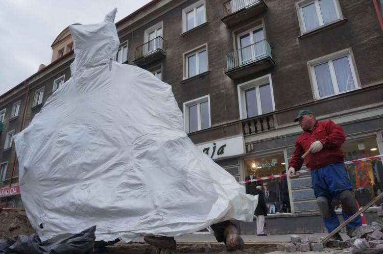 Lipowa: Rzeźba Podróż już ustawiona. Zobacz jak ją montowano (zdjęcia)