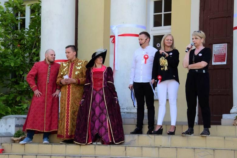 Sporo się działo w trakcie sobotniej Nocy Muzeów zorganizowanej przez nauczycieli miejscowej szkoły.Goście przybyli do pałacu w strojach z różnych epok