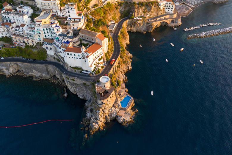 Droga nad wybrzeżem Amalfi, WłochyWłoskie wybrzeże Amalfi to jeden z bardziej popularnych kierunków turystycznych. Malownicze miasteczka położone tuż
