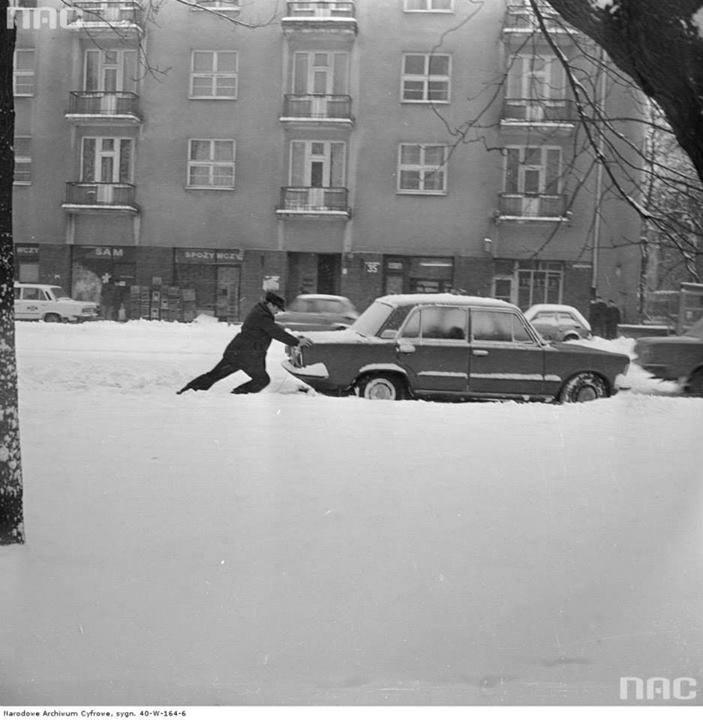 Mężczyzna pcha samochód Fiat 125p na ul. Gagarina.