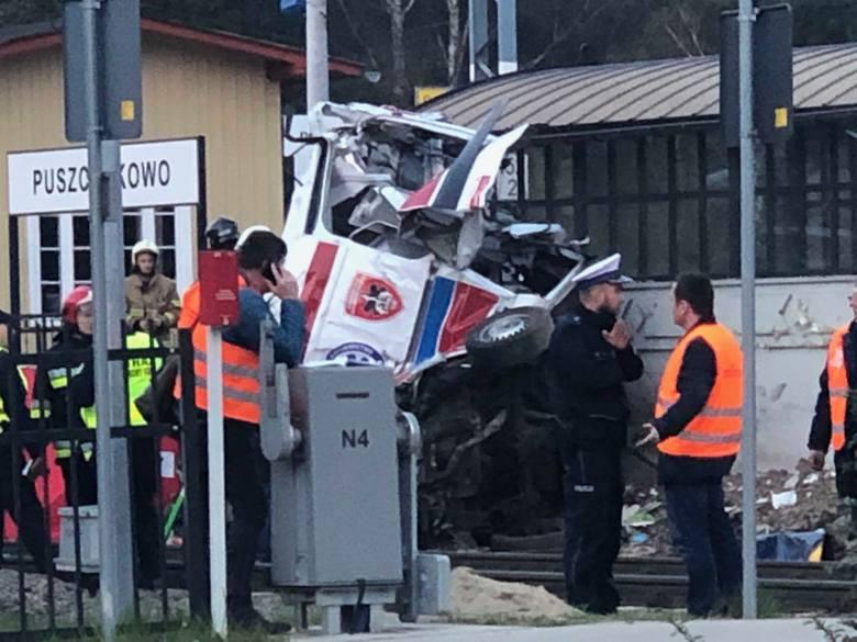 Do tragedii w Puszczykowie doszło w środę przed godz. 16. W karetkę pogotowia, która utknęła pomiędzy rogatkami na przejeździe kolejowym, uderzył pociąg.