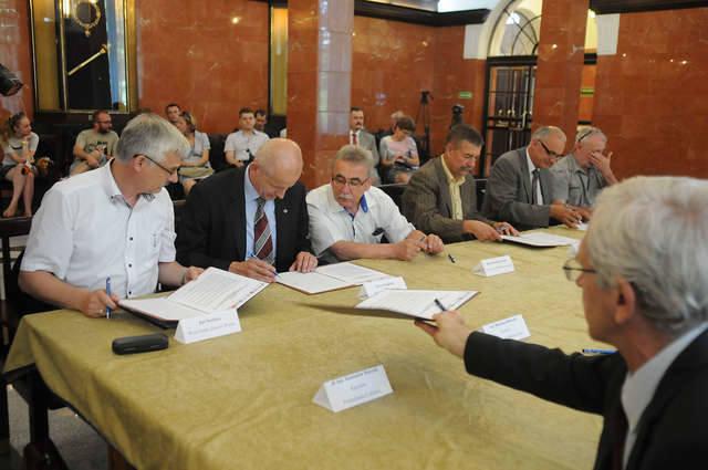 Porozumienie w sprawie łączonych dostaw prądu podpisało wczoraj aż 12 przedstawicieli urzędów i uczelni