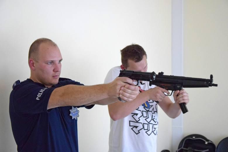 Ćwiczenia strzeleckie policjantów na strzelnicy multimedialnej w Wodzisławiu Sląskim